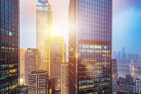 黄昏的城市办公楼图片