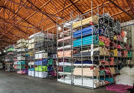 工厂整齐的货架摆放物品图片