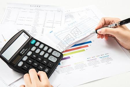 会计在桌上用计算机算账图片