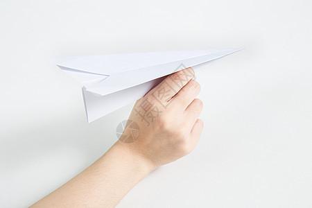 手拿纸飞机要飞出去图片