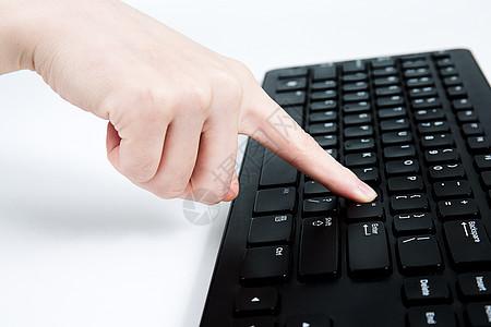手指点击电脑键盘图片