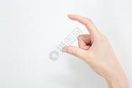 手上假装捏着一个卡片的动作图片