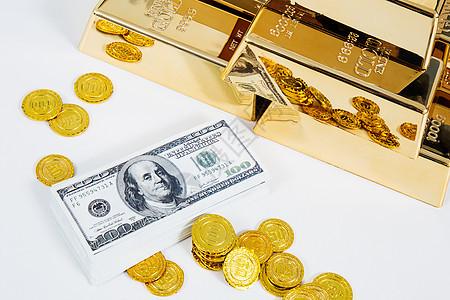金砖钱散乱摆放的金币和钞票图片