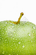 青色苹果上的水滴图片