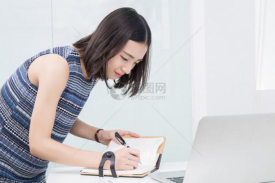 设计师在本子上书写计划图片