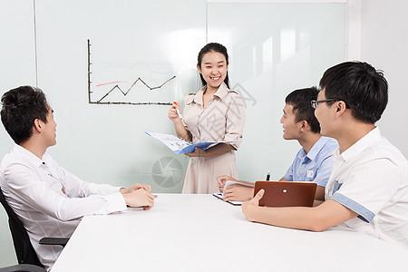 商务团队在办公室开会图片
