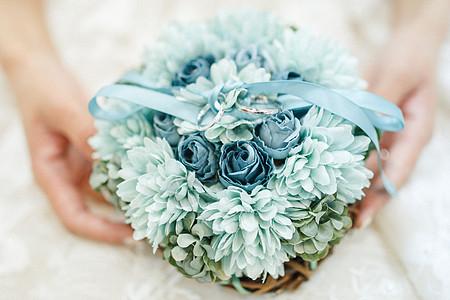 手捧花束的新娘图片