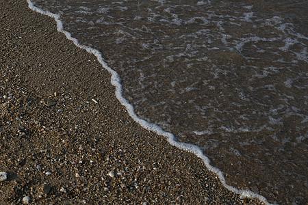 涌上沙滩的余浪图片