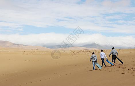 沙漠上行走的人图片