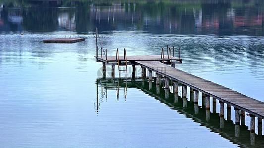 湖泊边的观景台图片