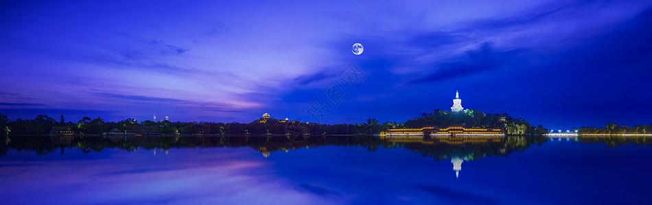 明月皎洁湖面如镜夜景宜人图片