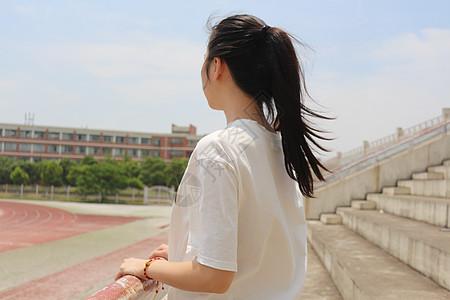 眺望远方的少女图片