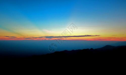 日出、佛光、天空、大山、景色、高山、太阳、山间的美丽、光斑、早晨的一抹阳光图片