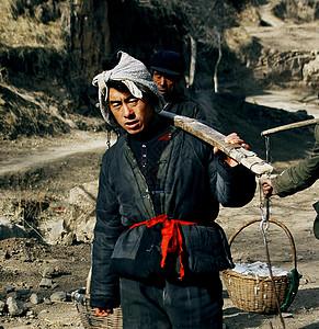 黄土地上的劳作者图片