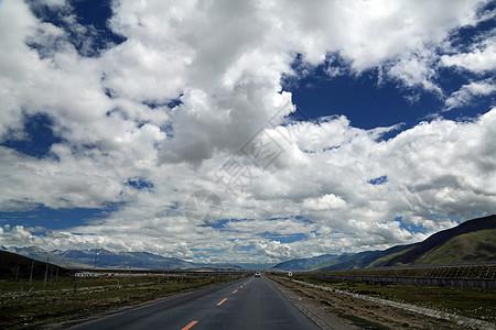蓝天白云下的道路图片