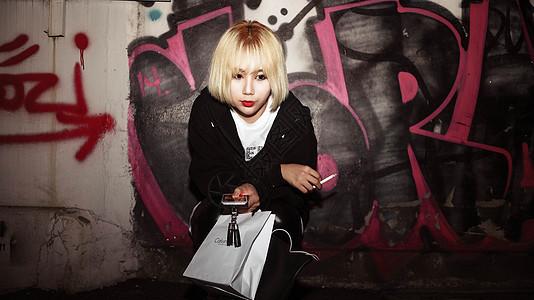 韩国美女吸烟街拍图片