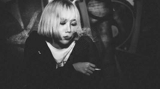 韩国美女弘大街角吸烟街拍黑白摄影图片