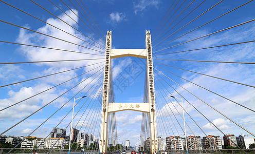 柳州壶西大桥放射线状建筑 蓝天白云下格局显得十分合衬图片