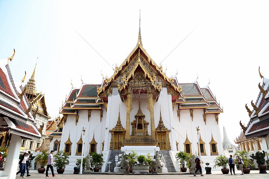 泰国大皇宫宏伟壮景 在阳光的照耀下显得金碧辉煌图片