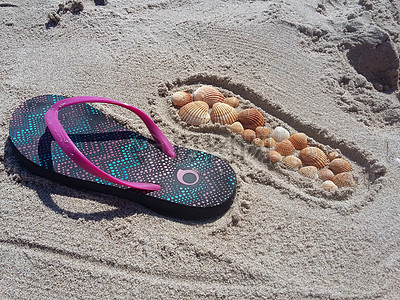 沙滩上的人字拖图片