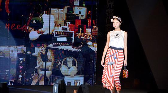 美女模特舞台展示女装图片