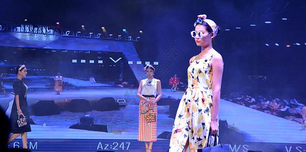 """三胞广场""""立方钻""""闪耀柳州,营销中心唯美开放,活动现场模特走秀图片"""