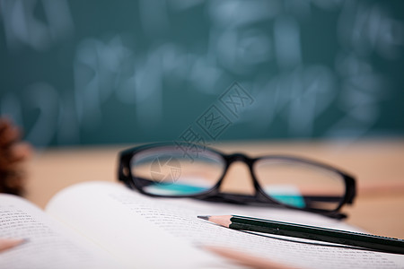 教育知识书本学习场景图片