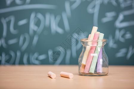 讲桌上的一瓶彩色粉笔图片