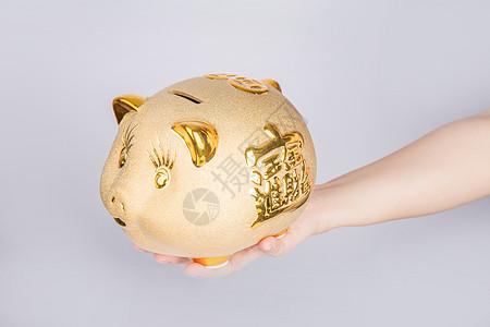 往存钱罐里存钱图片