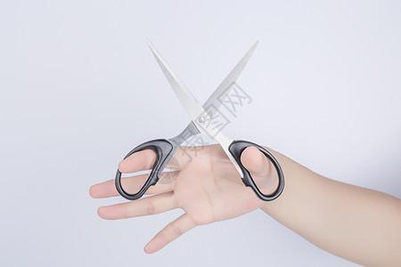 手拿着剪刀剪彩图片