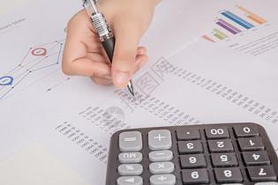 会计用笔计算财务帐单报表图片