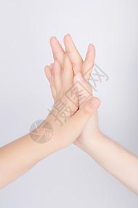 团队交叉握手合作图片