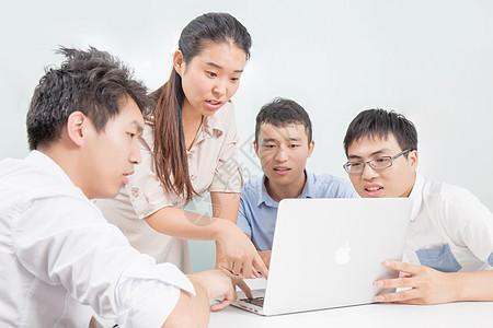 商务团队在讨论数据图片