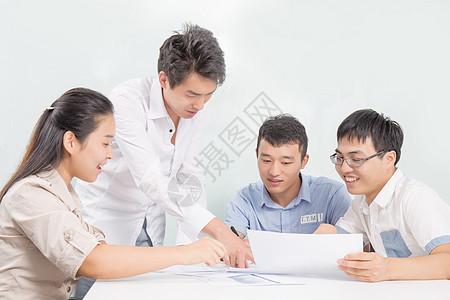 商务团队在讨论发展图片