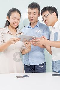 商务团队拿平板电脑看数据图片