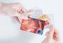 手持银行卡信用卡图片