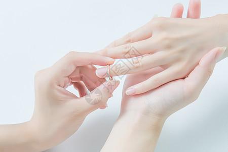 男女求婚戒指双手特写图片