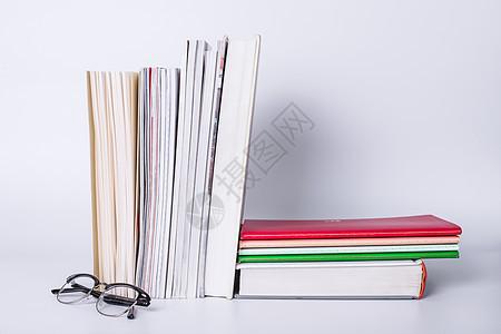 教育眼镜书本叠放摆拍图片