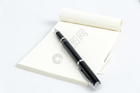 创意学习办公桌面钢笔摆拍图片