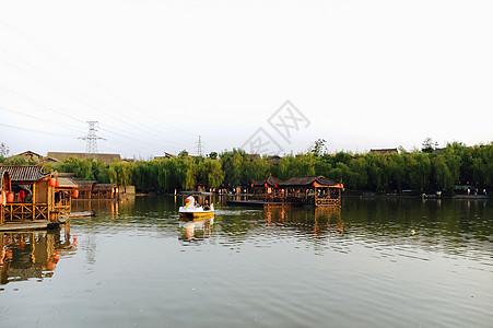 湖中划船图片
