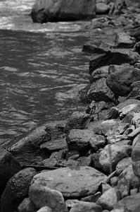 奔腾的河边图片