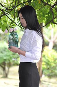 拿花瓶的女人图片