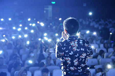 蓝色星光璀璨演唱会主唱背影图片