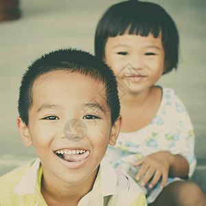 快乐的兄妹俩图片