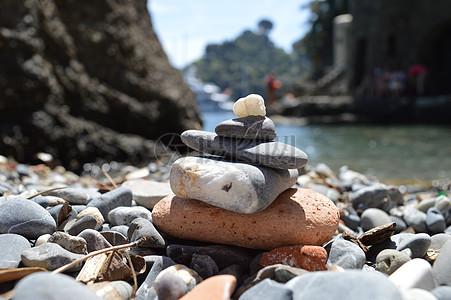 海边堆砌的石头图片