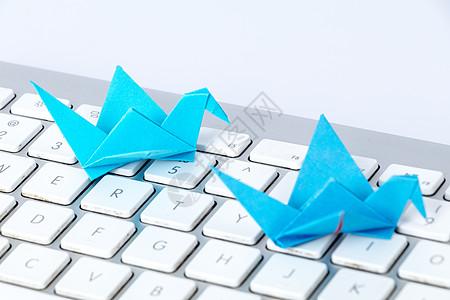 蓝色千纸鹤键盘创意设计图片