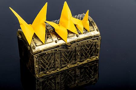 黄色纸质蝴蝶黑背景创意设计图片