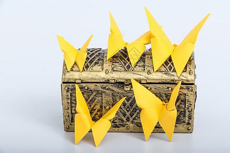黄色纸质蝴蝶创意背景设计图片
