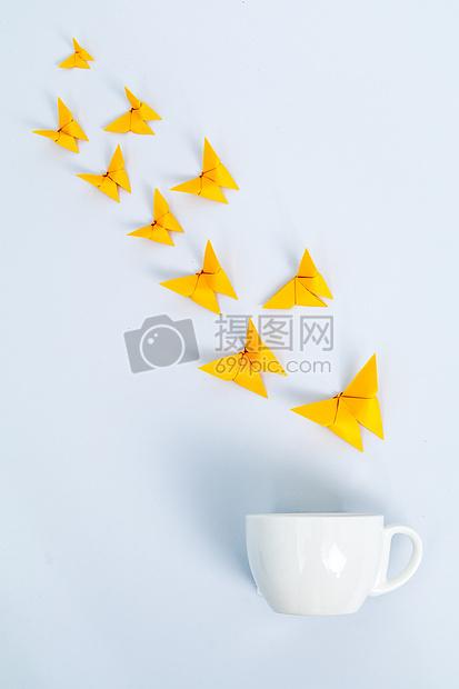 黄色纸蝴蝶咖啡杯创意设计图片
