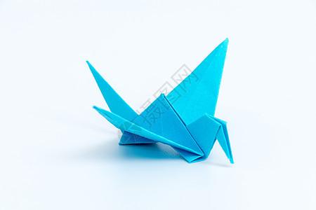 蓝色纸质千纸鹤白色背景图片